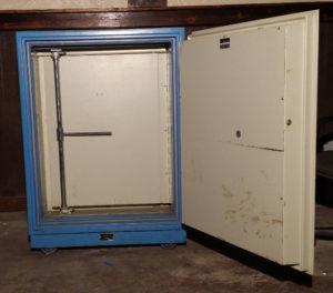 Fire Guard Safe Fire Rating: Class 125 1 Hour at 1700°F Blue Open Door Dimensions Exterior H39'' x W30'' x D30'' Interior H42'' x W19'' x D16.5''